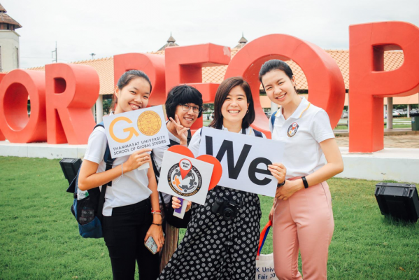 Amanda with students and staff in front of Thammasat University